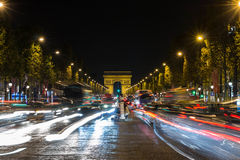 Высокое движение (запачканное движение) на бульваре Champs-Elysees на nig стоковое изображение