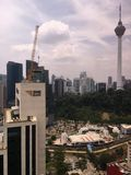 Высокое здание банка МАЛЫХ И СРЕДНИХ ПРЕДПРИЯТИЙ под конструкцией с KL возвышается на заднем плане Стоковая Фотография RF