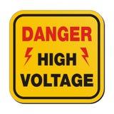 Высокое напряжение опасности - желтый знак Стоковое Фото