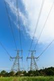 Высокое напряжение под голубым небом Стоковая Фотография