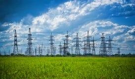 высокое напряжение тока башен лета лужка Стоковая Фотография RF