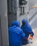 высокое напряжение тока защитных костюмов Стоковое Фото