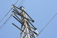 высокое напряжение тока линий электропередач Стоковое фото RF