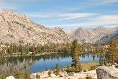 Высокое озеро наконечник страны в предыдущем солнечном свете стоковые фотографии rf