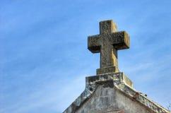 Высокое разрешение каменного креста с backround голубого неба Стоковые Изображения RF