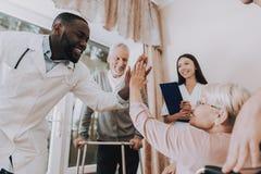 5 высокое сидя женщина Пациент на кресло-коляске стоковое изображение
