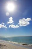 Высокое Солнце на пляже Стоковые Изображения RF