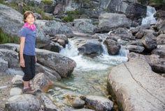 Высокое Tatras - водопады и маленькая девочка Studenovodske стоковые изображения rf