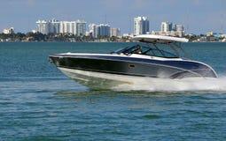 Высококачественная моторка на водном пути Флориды Intra-прибрежном стоковая фотография