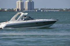 Высококачественная моторка на водном пути Флориды Intra-прибрежном стоковые фото
