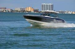 Высококачественная моторка на водном пути Флориды Intra-прибрежном стоковые изображения