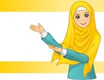 Высококачественная мусульманская женщина нося желтую вуаль с приглашает оружия