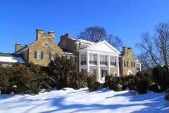 Высококачественный дом с землей снега стоковая фотография rf