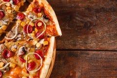 Высококалорийная вредная пища, калории Пицца отрезанная в кусках, положение квартиры Стоковые Изображения RF