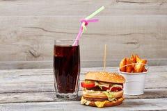 Высококалорийная вредная пища на деревянном фоне Стоковая Фотография RF