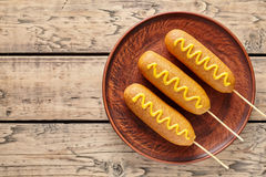 Высококалорийная вредная пища собаки мозоли традиционная американская зажарила закуску сосиски мяса горячей сосиски с мустардом Стоковые Фото