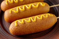 Высококалорийная вредная пища улицы собаки мозоли глубоко зажарила закуску сосиски мяса горячей сосиски с мустардом Стоковые Изображения
