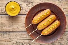 Высококалорийная вредная пища corndog собаки мозоли традиционная американская зажарила закуску сосиски мяса горячей сосиски с мус Стоковая Фотография