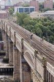 Высокопоставленный viaduct поезда города Стоковые Изображения