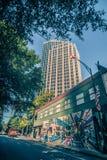 Высокорослые здания highrise в расположенном на окраине города charlotte около blumenthal perf Стоковая Фотография