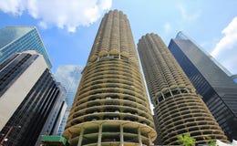 Высокорослые современные здания вдоль водных путей берега реки Чикаго Стоковые Изображения