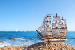 Высокорослый корабль на пляже стоковые фото