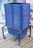 Высокорослый стог голубых пластичных корзин Стоковое фото RF