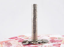 Высокорослая башня монеток с банкнотами юаней фарфора Стоковая Фотография RF