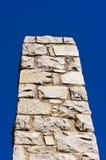 Высокорослая каменная печная труба и темносинее небо Стоковая Фотография