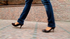 Высокорослая, leggy девушка идет до город 5 Стоковое Изображение