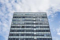 Высокорослое большое административное здание против голубого неба Стоковые Фото