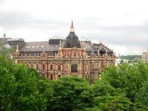 Высокорослое историческое здание в деревьях стоковая фотография