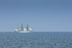 Высокорослое плавание корабля на море Стоковое Изображение RF