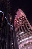 Высокорослые современные fiancial здания небоскреба на ноче, взгляде низкого угла, вертикальном Стоковое фото RF