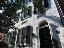 Высокорослый белый дом кирпича в Джорджтауне DC Вашингтона стоковые фотографии rf