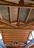 Высокорослый деревянный потолок крыши дома Стоковые Изображения RF