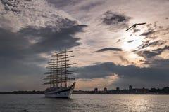 Высокорослый корабль плавая на море Стоковая Фотография