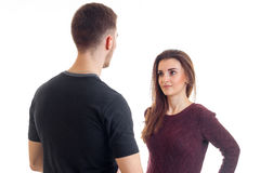 Высокорослый молодой парень в стойках черных футболки напротив девушки и взглядах на ей Стоковые Изображения