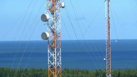 2 высокорослых башни радиосвязи в середине поля GH4 4K сток-видео