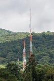 2 высокорослых башни трансформатора выравнивают заросший лесом горный склон Стоковое Изображение RF