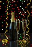2 высокорослых элегантных стекла заполненного с золотой Шампанью Стоковые Изображения