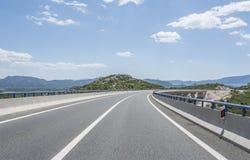 Высокоскоростная проселочная дорога среди гор Стоковая Фотография RF