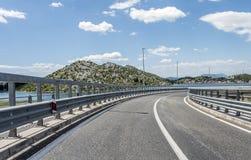 Высокоскоростная проселочная дорога среди гор Стоковое Изображение RF