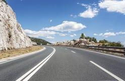 Высокоскоростная проселочная дорога среди гор Стоковое фото RF