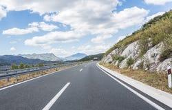 Высокоскоростная проселочная дорога среди гор Стоковая Фотография