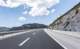 Высокоскоростная проселочная дорога среди гор Стоковое Изображение