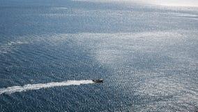 Высокоскоростная шлюпка идет быстро в штиль на море стоковые фото