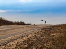 Высокоскоростное шоссе выходя к горизонту через равнинную местность стоковое фото rf