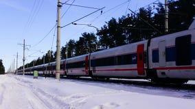 Высокоскоростной пассажирский поезд в движении на железнодорожном вокзале на заходе солнца в Европе сток-видео