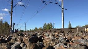 Высокоскоростной пассажирский поезд едет на железнодорожном пути придерживаясь к своему тарифу повторения к пассажирам перехода сток-видео